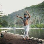 Terapeutisk seance med Isa Raim, der guider en ledfrigørende dans, som frisætter krop og sind